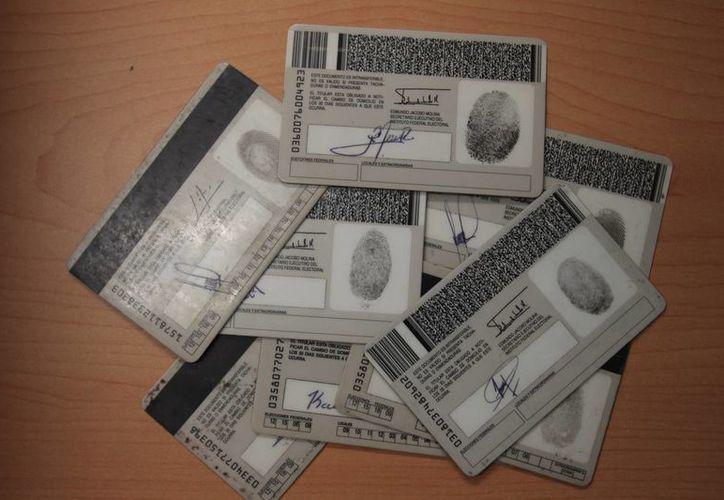 La credenciales corresponden al 09 y 12 que a partir del 1 de enero de 2014 dejarán de tener validez como identificación oficial. (Harold Alcocer/SIPSE)