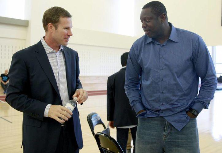 Fred Hoiberg (i), nuevo caoch de Bulls de Chicago, charla con su asistente Ed Pinckney. (Foto: AP)