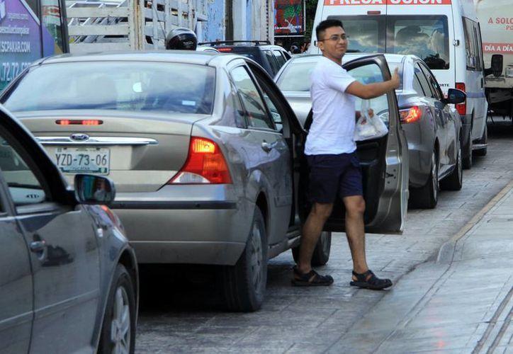 Muchos de los conductores todavía circulan sin seguro de gastos en caso de accidente. (Milenio Novedades)