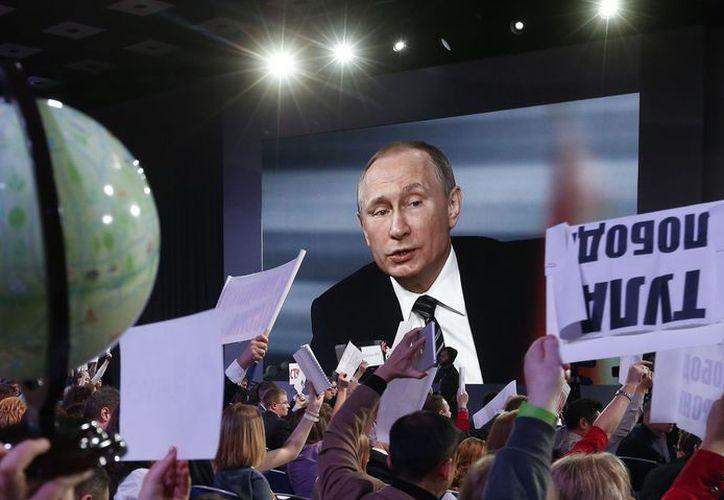 Activistas acusan que el gobierno de Vladimir Putin ejerce un férreo control sobre la prensa. (Internet)