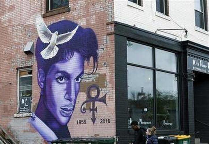Un mural en honor a Prince en un edificio de Minneapolis. El cantante murió el 21 de abril en su estudio y residencia Paisley Park, a los 57 años. (AP)