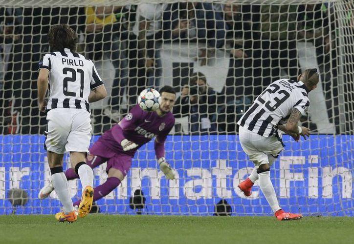 El chileno Arturo Vidal engaña al arquero de Mónaco y anota el único gol del partido de ida de cuartos de final entre Juventus y el club francés visitante. (Foto: AP)