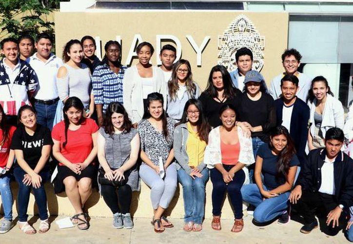 Estudiantes de la Universidad Rutgers de New Jersey, en la Unidad Académica de Bachillerato con Interacción Comunitaria de la Uady. (Milenio Novedades)