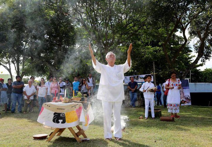 Un sacerdote maya realizó la ceremonia de consagración del parque de la colonia Salvador Alvarado Oriente, antes de limpiar la zona con vestigios arqueológicos. (Milenio Novedades)