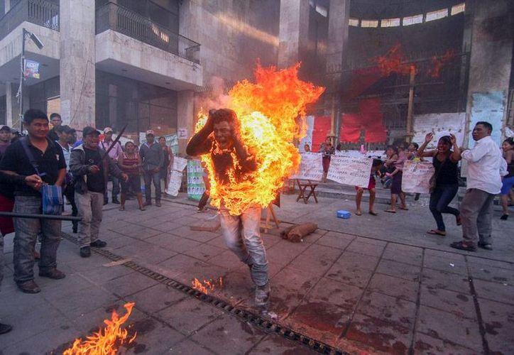 Agustín Gómez Pérez, un campesino del estado de Guerrero, se inmoló para protestar y exigir la liberación de su padre, preso por diversos delitos en el penal de máxima seguridad de El Amate, en Chiapas. (AP)