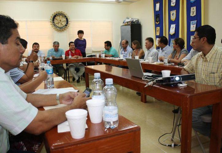 El administrador local del SAT se reunió con representantes de organismos empresariales. (Alida Martínez/SIPSE)