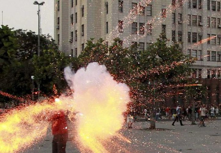 Fotografía del pasado jueves 6 de febrero de 2014 y cedida por Agência Globo, del camarógrafo de televisión Santiago Andrade al momento de ser alcanzado por un artefacto explosivo durante las protestas celebradas en Río de Janeiro, Brasil. (EFE/Archivo)