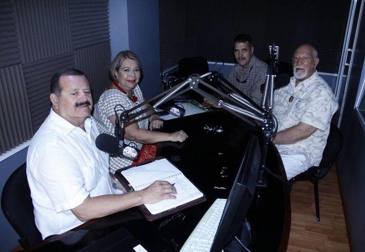 Conductores e invitados de la emisión radiofónica de Salvemos Una Vida. (Juan Albornoz/SIPSE)