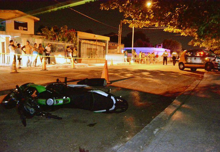 Un motociclista que se pasó un alto, en la colonia Xoclán, fue a dar al hospital, con múltiples lesiones: un auto que venía sobre preferencia lo impacto. (Victoria González/SIPSE)
