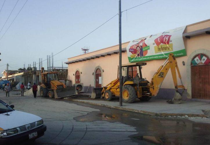 Trabajadores bloquearon el acceso principal de las oficinas magisteriales con grava y maquinaria pesada. (Juan Palma/SIPSE)