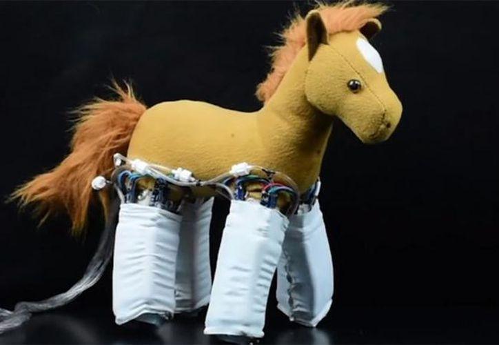 Finalmente se ha creado una especie de piel robótica que al adherirse a cualquier objeto inanimado. (Foto: Captura del video)
