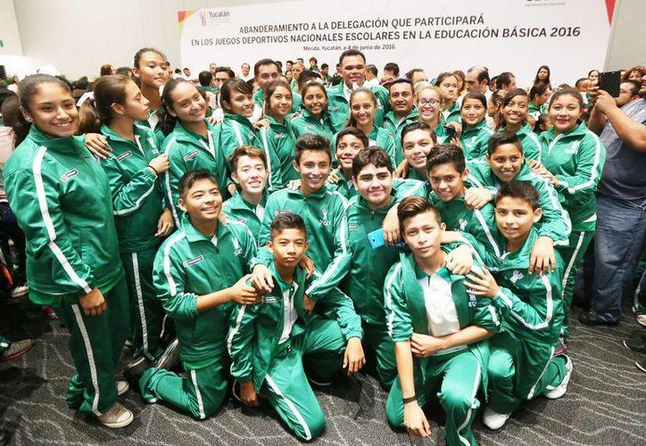El gobernador Rolando Zapata estuvo este sábado con estudiantes yucatecos que acudirán a los Juegos Deportivos Nacionales de Educación, que se realizará del 5 al 11 de junio en Mazatlán, Sinaloa. (Foto cortesía del Gobierno estatal)