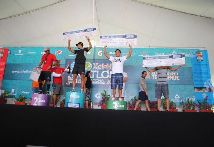 Los triatletas Arturo Garza y Fabiola Corona se proclama campeones del Triatlón Estándar Xel-Há 2012. (Redacción/SIPSE)