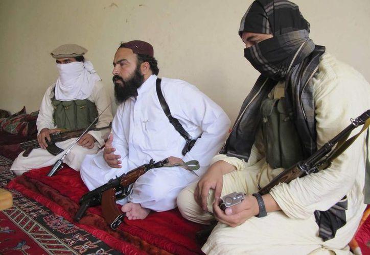 Fotografía de archivo tomada en julio de 2011 que muestra al comandante talibán paquistaní de Waziristán Wali ur Rehman (centro). EFE