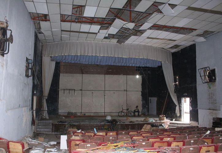 La estructura del cine se encuentra muy deteriorada; se espera que los trabajos concluyan a mediados de febrero del siguiente año. (Jesús Castillo/SIPSE)