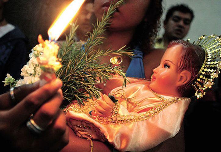 El Niño Dios era sacado de su pesebre por la madrina que lo acostó en Nochebuena y era vestido con ropa de tela brillante. (Contexto)