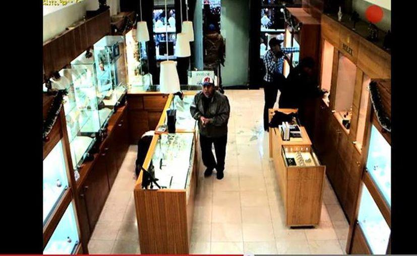 Los sospechosos fueron identificados por los empleados y el dueño del establecimiento comercial. (captura de pantalla de YouTube)