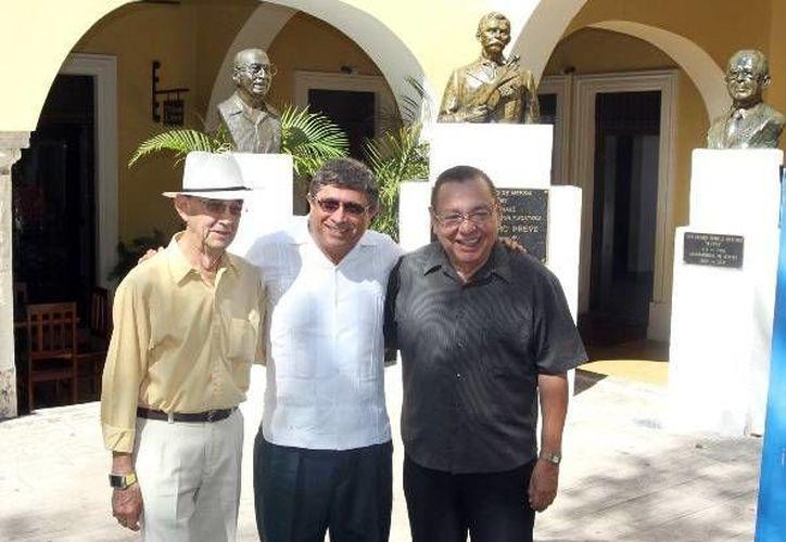 El conductor principal de la Serenata Yucateca, Antonio Marín; el director de Cultura, Irving Berlín Villafaña y el compositor e iniciador del programa Luis Pérez Sabido, durante la presentación del evento. (Milenio Novedades)