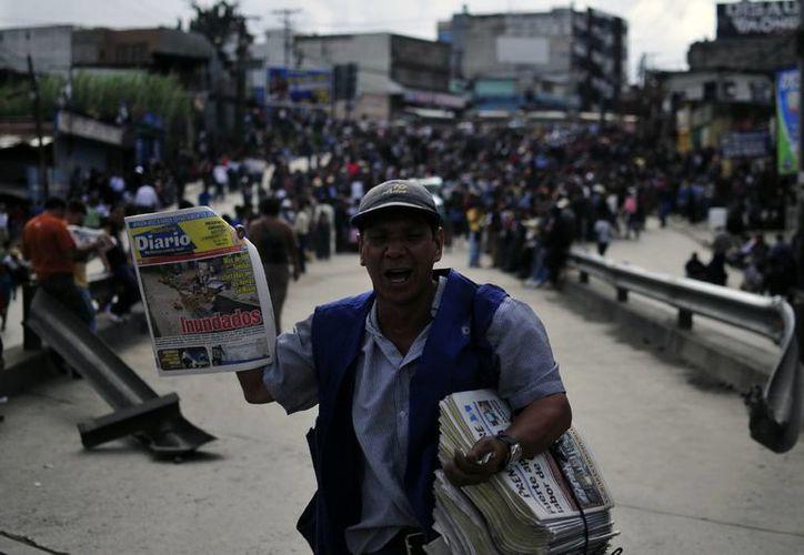 Un hombre vende periódicos en el municipio sureño de Mixco, Guatemala. (Archivo/EFE)