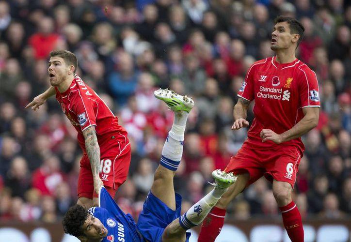El español Diego Costa logró uno de los dos tantos que dieron el triunfo al Chelsea sobre el Liverpool en la jornada 11 de la Liga Premier. (AP)