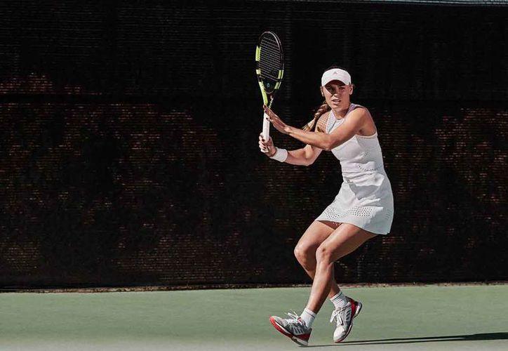 Wozniacki sufrió otra eliminación temprana el miércoles. (twitter.com/carowozniacki)