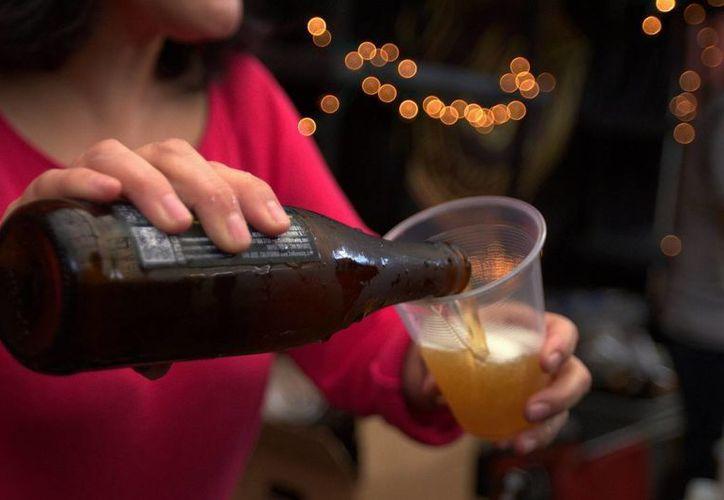 Un tarro de cerveza aporta unas 150 calorías al organismo; si la bebida es 'light', tiene unas 100. (Archivo/Notimex)