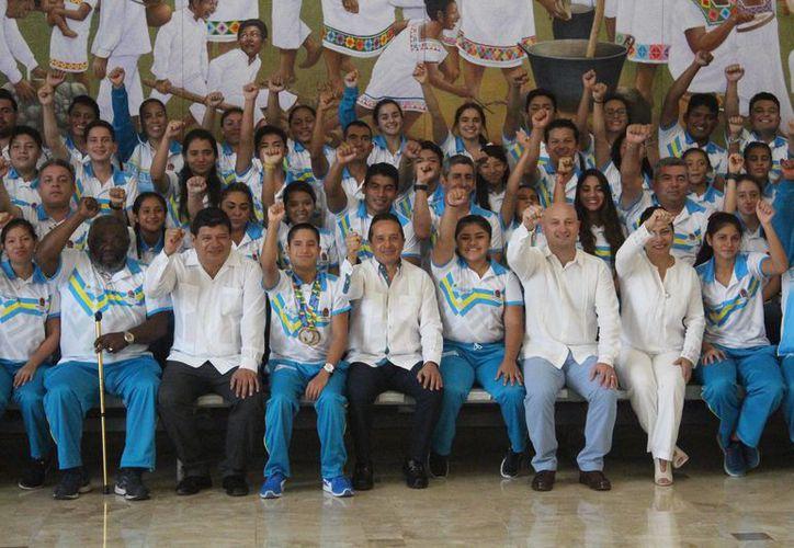 El gobernador hizo entrega del cheque simbólico del pago de becas económicas a 119 atletas convencionales y 19 deportistas adaptados- (Miguel Maldonado/SIPSE)