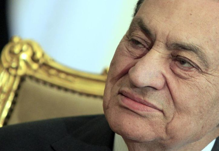 Mubarak durante una reunión con el ministro de Relaciones Exteriores de Emiratos Árabes el 8 de febrero de 2011. (Agencias)