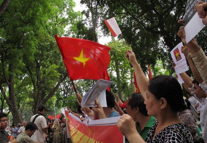 Manifestantes protestan contra la instalación de una plataforma petrolera china en aguas en disputa en el Mar del Sur de China, afuera de la embajada china en Hanoi, Vietnam. (Agencias)