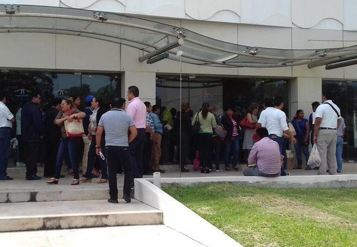 Desde las 7 de la mañana, miles de personas se formaron para solicitar un crédito. (Ángel Castilla/SIPSE)