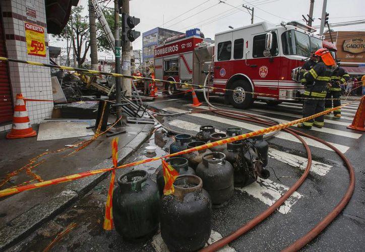 Bomberos trabajan en el incendio de un edificio en la zona este de la ciudad de Sao Paulo, Brasil, el miércoles 23 de noviembre de 2016, el siniestro causó la muerte a por lo menos cuatro personas. (EFE)