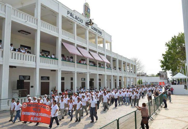 Participaron 10 mil trabajadores en el desfile. (Cortesía/SIPSE)