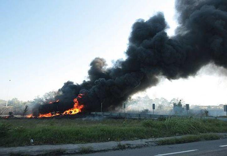 La explosión de una pipa en una carretera de Tabasco ya dejó 19 muertos. (excelsior.com.mx)