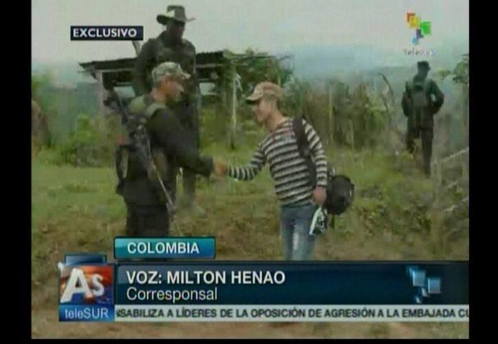 La televisión colombiana transmitió en vivo la liberación del uniformado. (EFE)