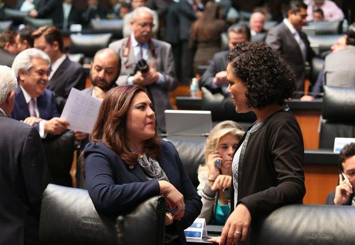 La senadora yucateca Rosa Adriana Díaz Lizama platica con su colega capitalina Mariana Gómez del Campo, en la sesión de este miércoles en la Cámara Alta. (SIPSE)