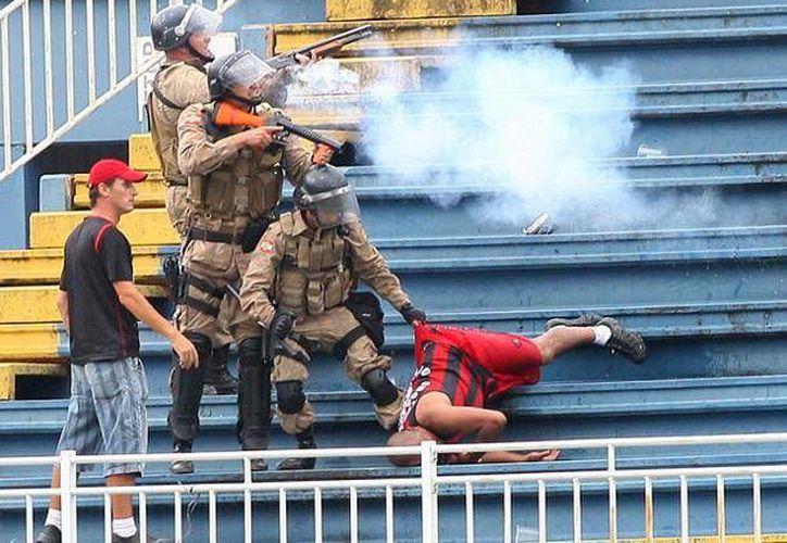 Seguidores del Atlético Paranaense y el Vasco da Gama protagonizaron brutal pelea. (peru.com)