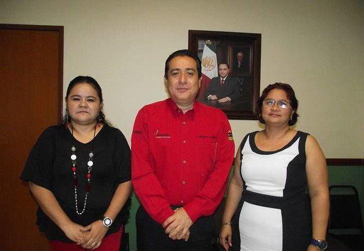 El secretario de la Contraloría, Gonzalo Herrera Castilla, y las nuevas coordinadoras. (Redacción/SIPSE)