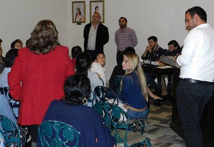 Integrantes del Club Toastmaster durante la reunión. (Milenio Novedades)