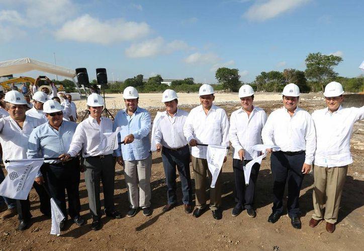 El gobernador Rolando Zapata presidió el banderazo de inicio oficial de las obras de construcción de la Vía Montejo en los terrenos de la ex Siderúrgica de Yucatán. (Foto: cortesía del Gobierno del Estado)