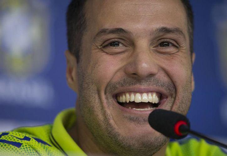 Julio César, el experimentado cancerbero carioca, ha pasado por varios equipos entre ellos el Ínter de Milán. En la imagen, el portero sonríe en una conferencia de prensa. (AP)