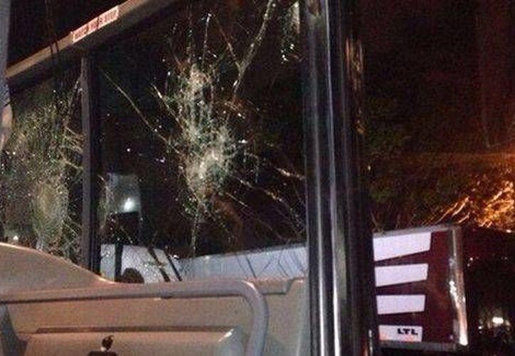 Uno de los ocho camiones en los que viajaba el equipo Xolos y seguidores fueron objeto de pedradas en una carretera de Los Angeles. (Foto de Milenio tomada de Twitter)