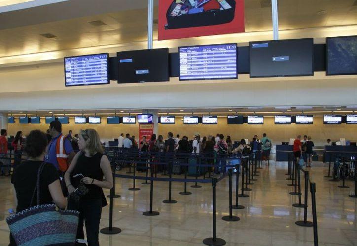 Dadas las quejas de los turistas, las autoridades reforzaron al personal de atención en el aeropuerto. (Israel Leal/SIPSE)
