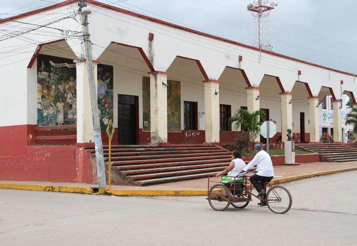 La presidencia municipal es lugar de paso de turistas hacia Holbox. (Tomás Álvarez/SIPSE)