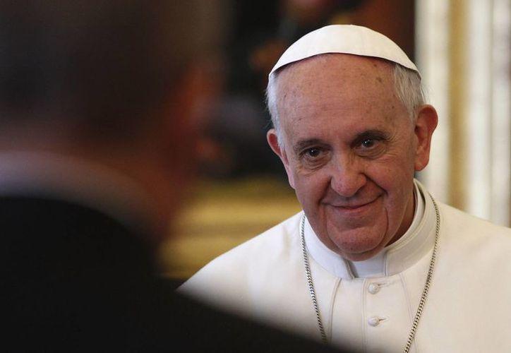 El Papa Francisco trabaja con ocho cardenales en la reforma de la Curia. (Agencias)