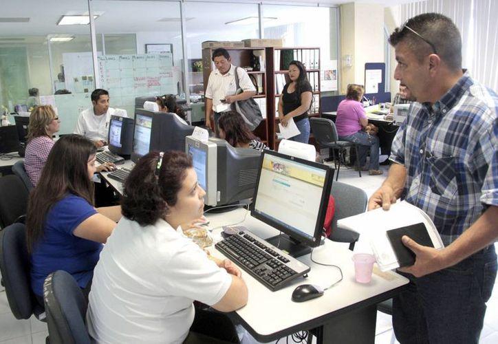 La SeyC atendió a más de mil 600 padres de familia para trámites de nuevo ingreso. (Tomás Álvarez/SIPSE)