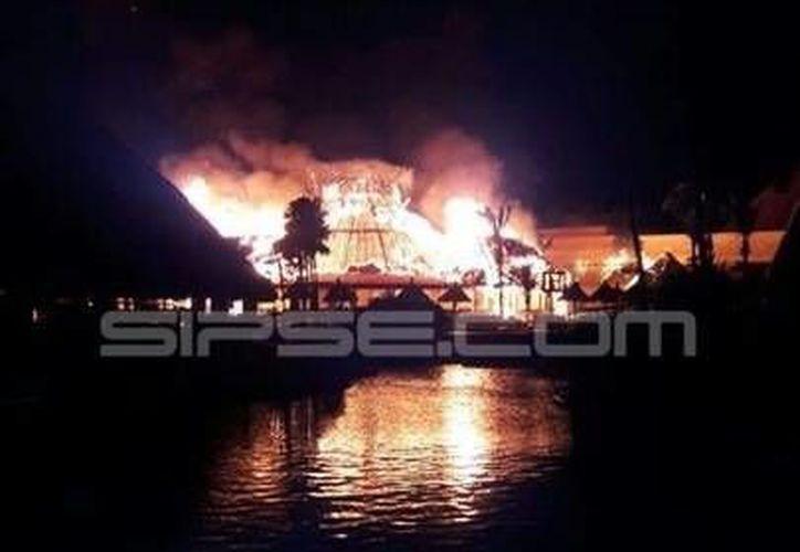 Un incendio consumió parte del hotel Gran Bahía Príncipe ayer por la noche. (Redacción/SIPSE)
