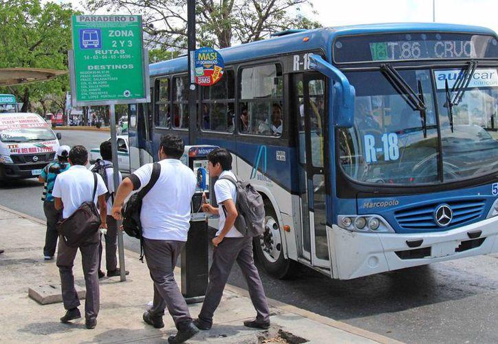 Los becados por la federación pagan 25 pesos por un paquete de 40 boletos de autobús, para usarse de lunes a viernes. (Jesús Tijerina/SIPSE)