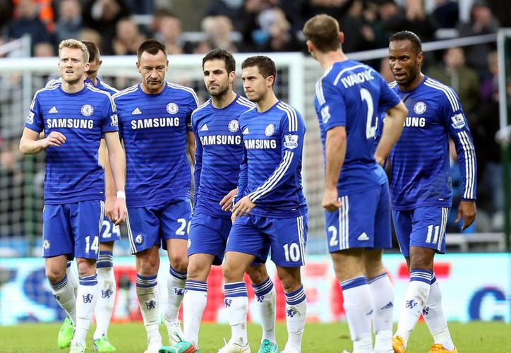 El Chelsea se mantiene líder de la Liga Premier con 36 puntos. (AP)