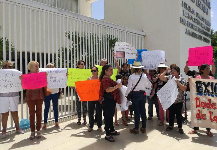 Los familiares maternos y un grupo de personas realizaron un plantón a las puertas del Centro de Justicia Oral de Kanasín. (José Acosta/ SIPSE)