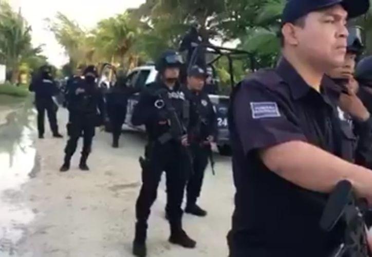 Elementos de seguridad lograron el rescate del funcionario luego diez horas en poder de los ciudadanos. (Sara Cauich/SIPSE)